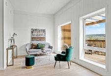 Salongdelen/tv-kroken har også store vindusflater