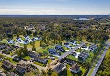 Stue/kjøkken er delvis kledd med faspanel og hvite mdf-plater.