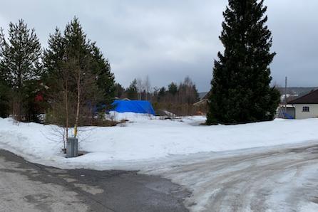 Stor tomt med gode solforhold på populære Hanstad i Elverum. Nærhet til Daglivare, barnehage og skole.