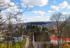Bilde sett fra tomten mot byen.