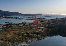 Oversiktsbilde mot sør. Eiendommen er plassert med rød pil.