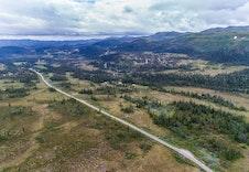 Hovedveien forbi Persbu mot Dalsethaugen. Tomtefeltet ligger nederst til høyre på bilde.