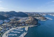 Dronefoto fra båthavna nord for tomten og inn mot vågen i Sandnes