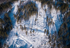Foto: Paul Lockhart  Tomteområdet sett fra droneperspektiv.