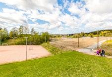 Spikkestad Stadion, med lysløype inn mot Kjekstadmarka