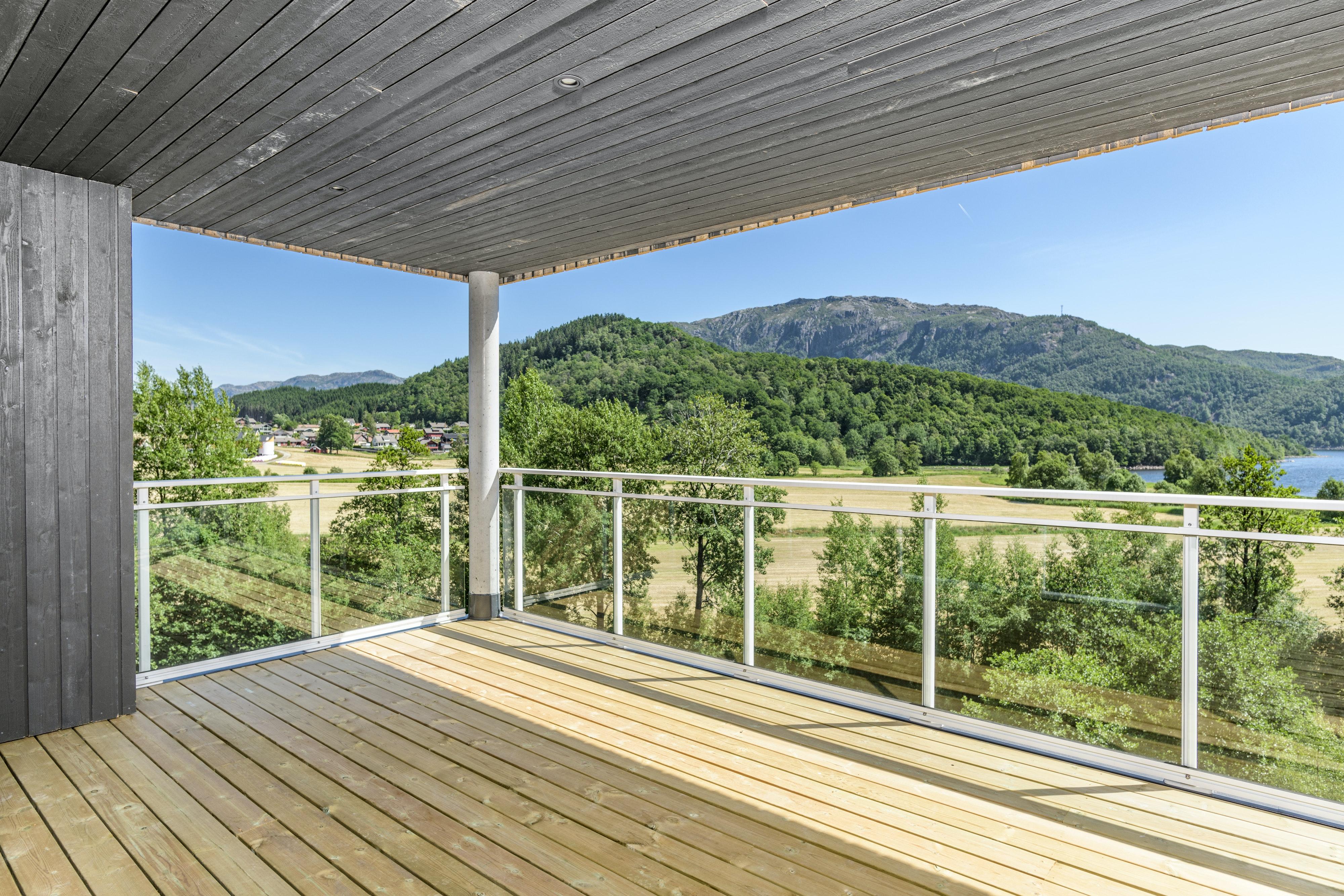 Vikeså   Innflyttingsklar, flott leilighet med stor overbygd balkong og nydelig utsikt
